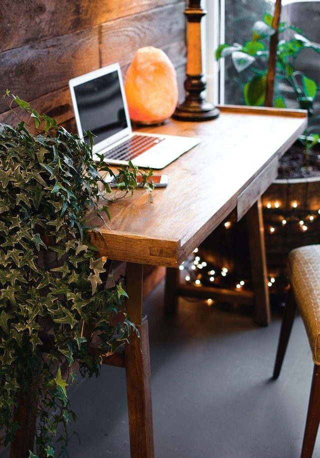 tafel laptop van tekstschrijver